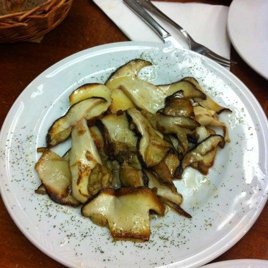 Foto tomada en Carlos Tartiere Restaurante Sidrería por Jorge F. el 10/20/2012