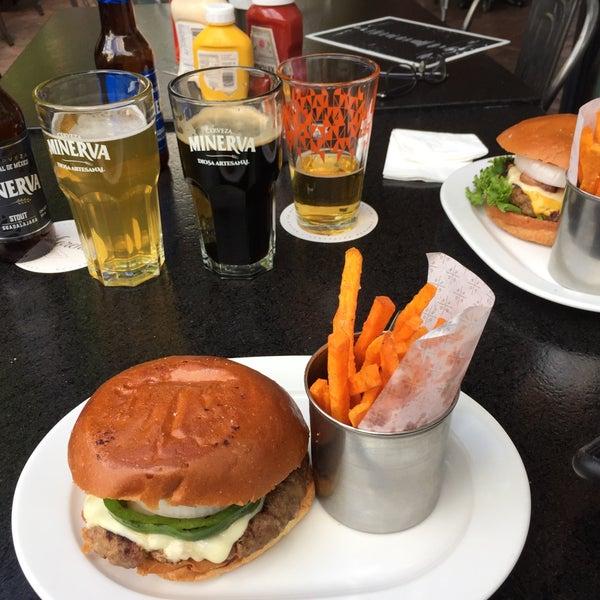 Foto tomada en Duke's Burgers & Beer por Pablemur J. el 9/30/2018