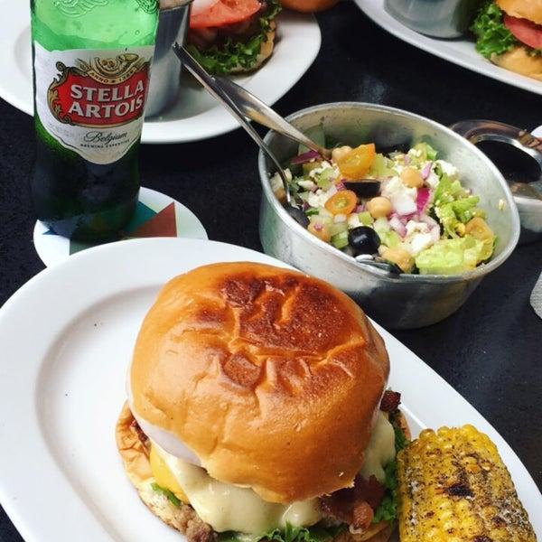 Foto tomada en Duke's Burgers & Beer por Javier V. el 9/2/2017
