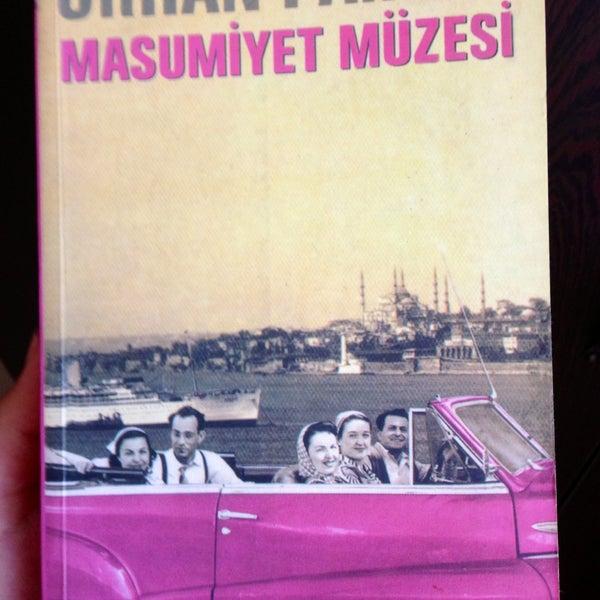 Başlarda ittire ittire okunan tahammülü zor bi kitap, akılları zorlayan bi aşk hikayesiydi.haksızlık ettiğimi anladım Kemal ile Füsunun aşkına.kitabı okuyp gelen bikaç damla gözyaşı brakacaktır müzede