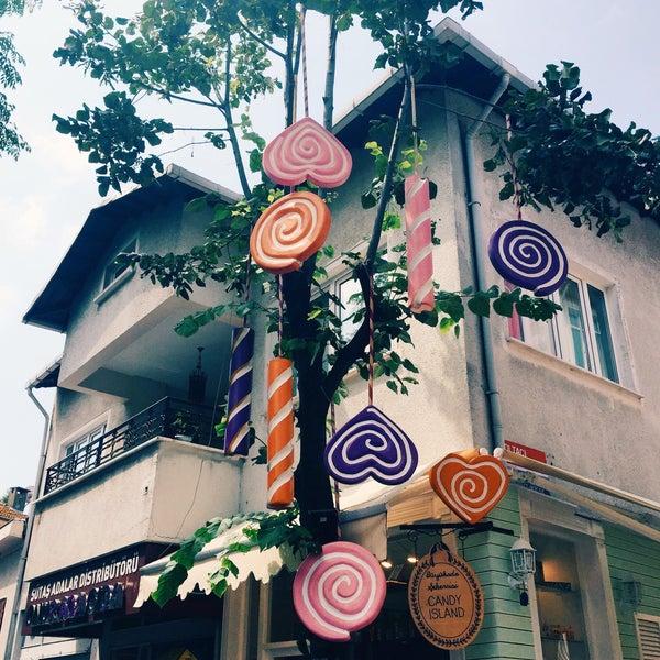 Foto diambil di Büyükada Şekercisi Candy Island Cafe Patisserie oleh Semra D. pada 7/26/2017