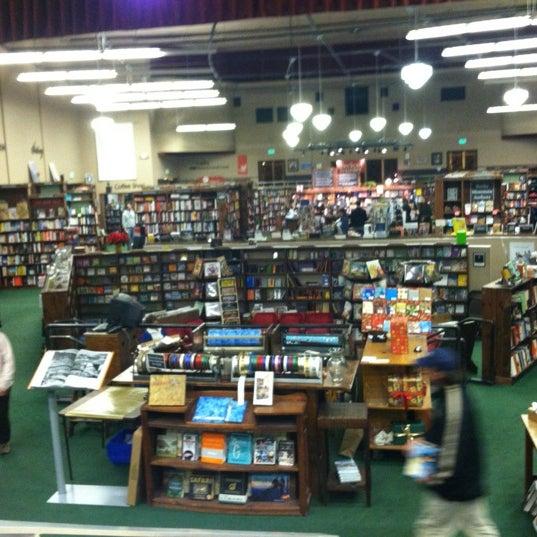 รูปภาพถ่ายที่ Tattered Cover Bookstore โดย Shelley M. เมื่อ 11/26/2012