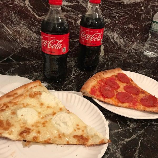 Foto tomada en Joe's Pizza por Gabriela R. el 11/15/2017