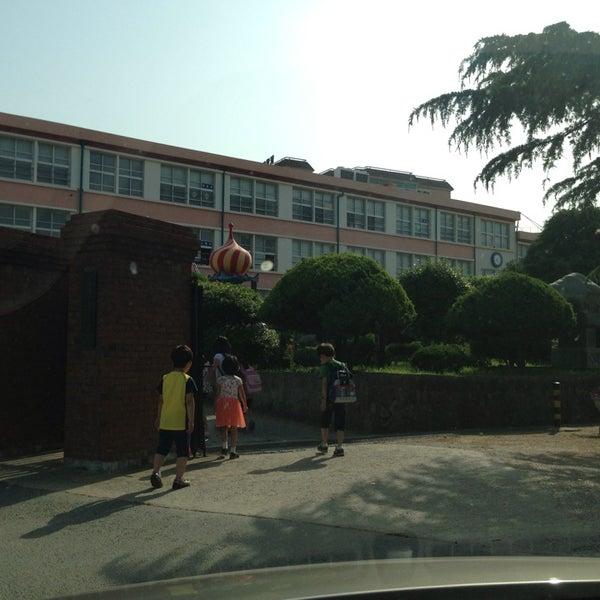 Photo taken at 성황초등학교 by Kyungbae Y. on 6/3/2013