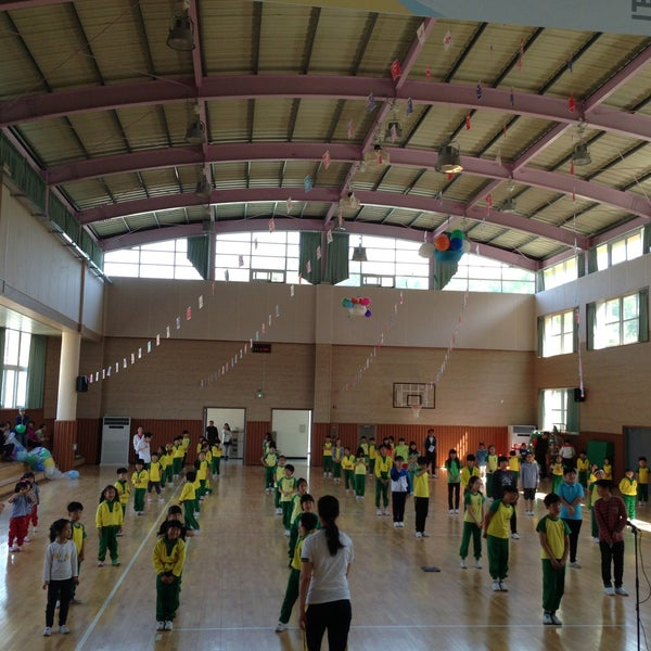 Photo taken at 성황초등학교 by Kyungbae Y. on 5/8/2013