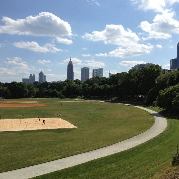 รูปภาพถ่ายที่ Piedmont Park โดย Jennifer T. เมื่อ 5/14/2013
