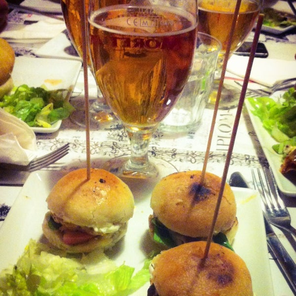Foto scattata a QUARTO Burger & Drinks da Orlina S. il 3/22/2014