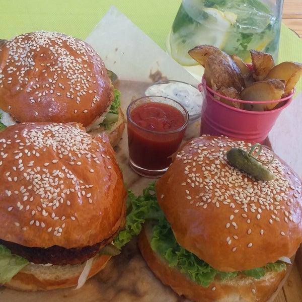 Выгодный Бургер-Сет: бургер со щукой, бургер с курицей, бургер с говядиной + 1литр лимонада. Очень вкусно!
