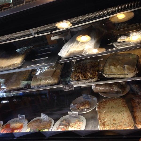 Foto tomada en Panaderia La Victoria por Karla B. el 10/1/2014