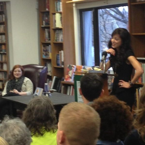 Foto tirada no(a) Politics & Prose Bookstore por Gina J. em 2/23/2013