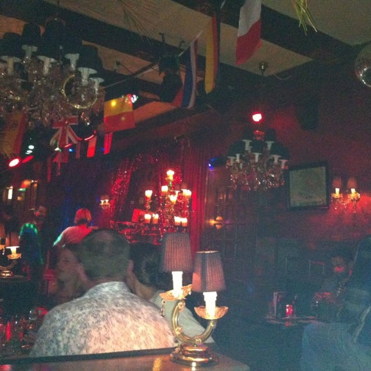 Photo taken at The Queen's Head by Cristiano C. on 10/30/2012