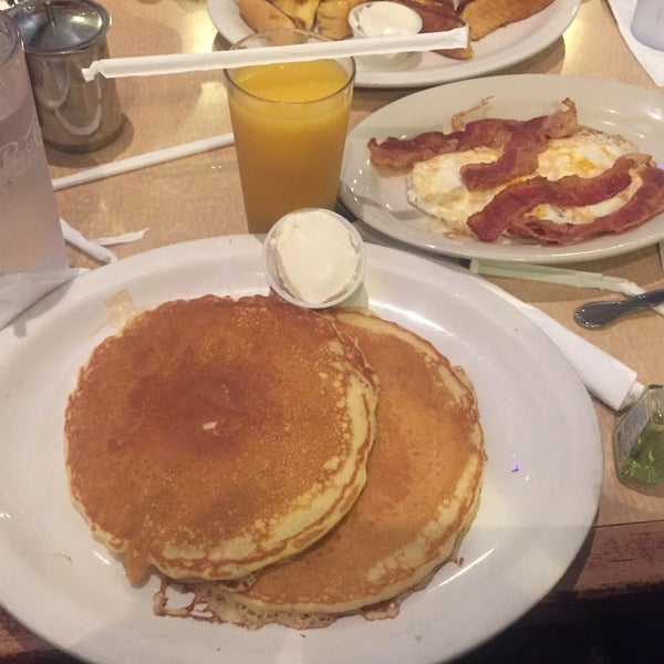Photo taken at Bull's Head Diner by Larianne T. on 12/25/2014