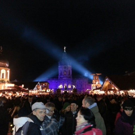Photo taken at Weihnachtsmarkt vor dem Schloss Charlottenburg by Jean-Baptiste A. on 12/16/2012