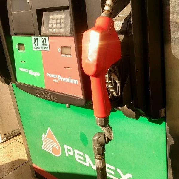 La gasolina en la bandeja del motor zil