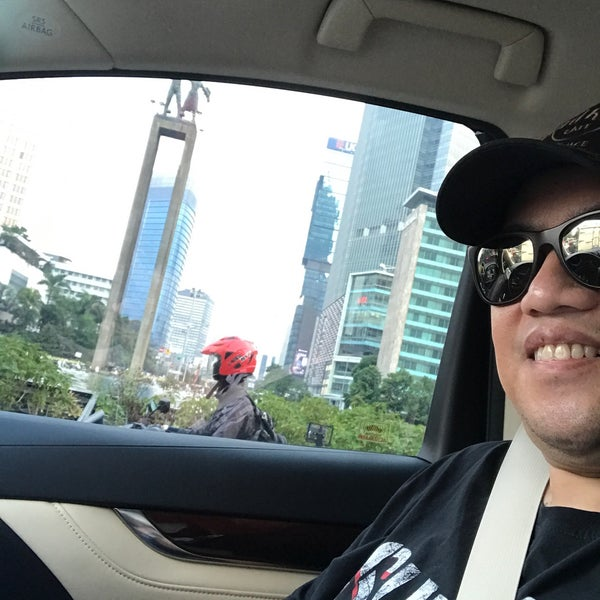 Photo taken at Bundaran Hotel Indonesia (Monumen Selamat Datang) by  Rully A. on 6/19/2017