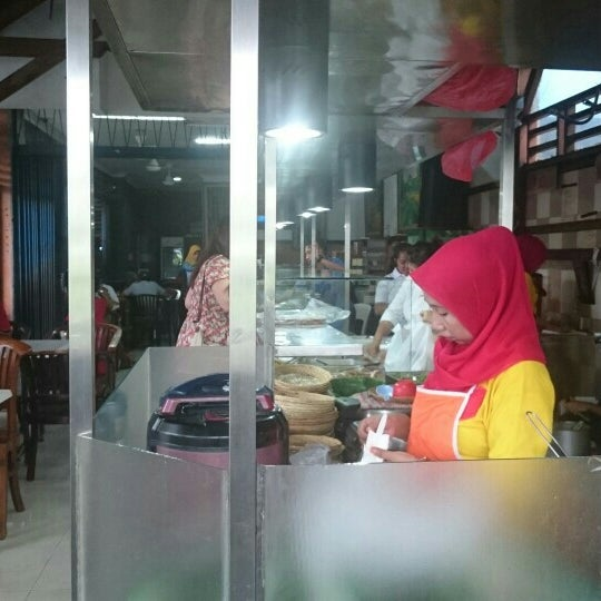 Photo taken at Nasi Pecel Bu Tinuk by Marcus on 12/19/2015