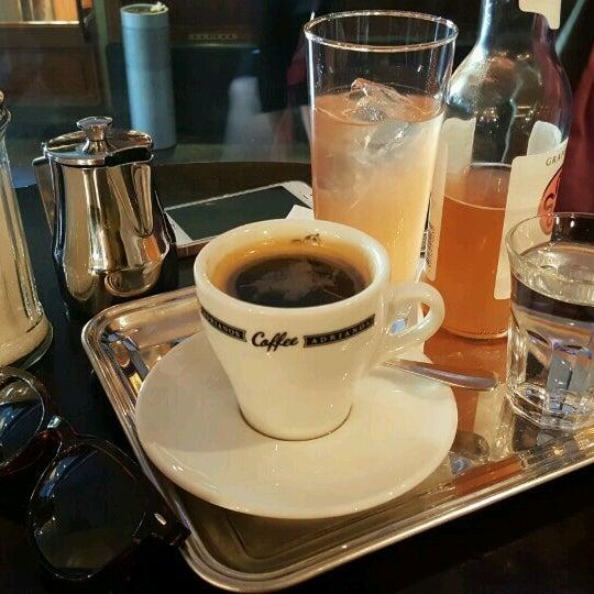 Das Foto wurde bei Adriano's Bar & Café von Ayşe O. am 10/3/2016 aufgenommen