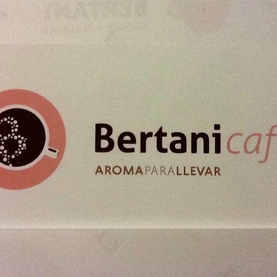 Foto tomada en Bertani Cafe por Laura C. el 9/20/2012