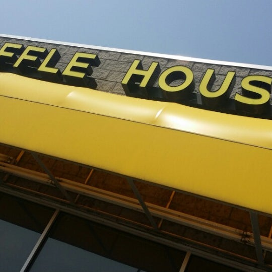 Photo taken at Waffle House by MuNeEr O. on 8/9/2014