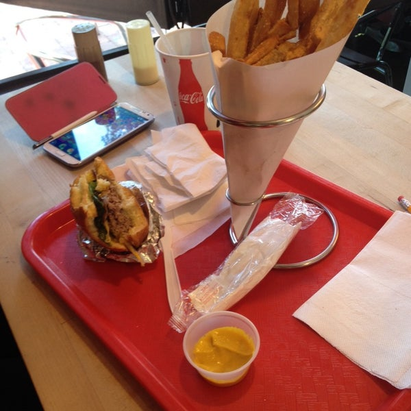 Foto tomada en F. Ottomanelli Burgers and Belgian Fries por Sungmo Y. el 6/15/2014