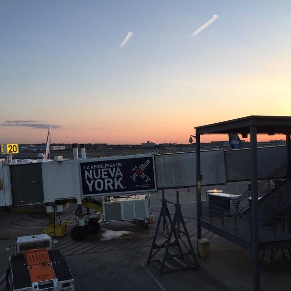 Photo taken at Gate 20 by retta on 6/10/2017