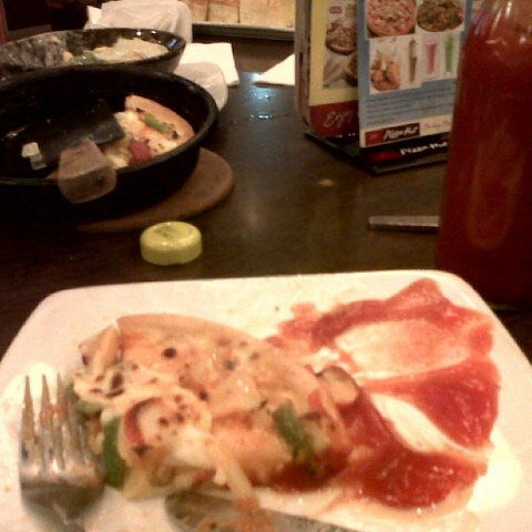 Photo taken at Pizza Hut by non l. on 5/5/2013