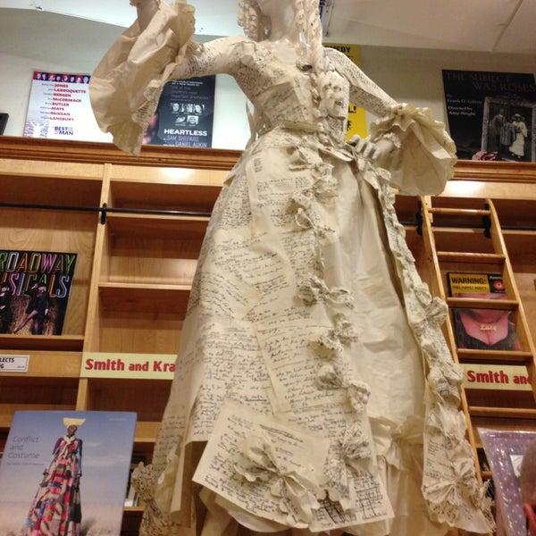 Foto tomada en Drama Book Shop por Elena S. el 5/18/2013