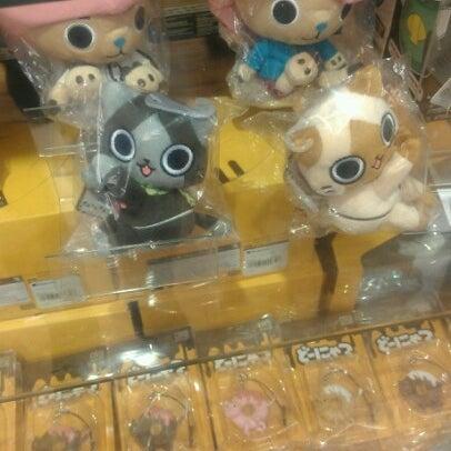 รูปภาพถ่ายที่ Kinokuniya Bookstore โดย Belle ・. เมื่อ 11/18/2012