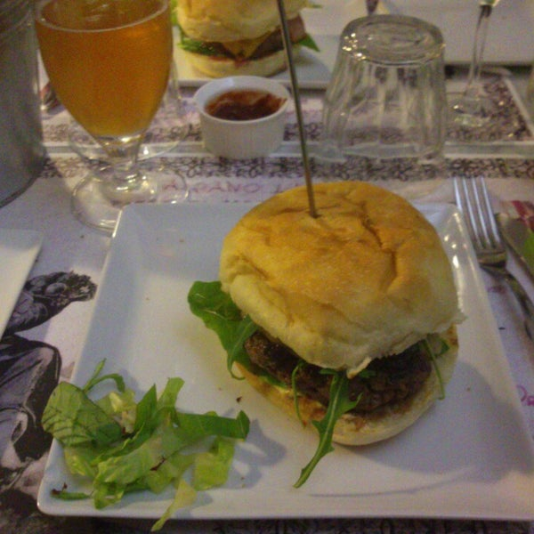 Foto scattata a QUARTO Burger & Drinks da Andrea U. il 3/26/2013