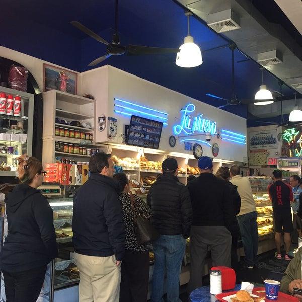 Foto tomada en La Nueva Bakery por Carlas B. el 5/14/2017