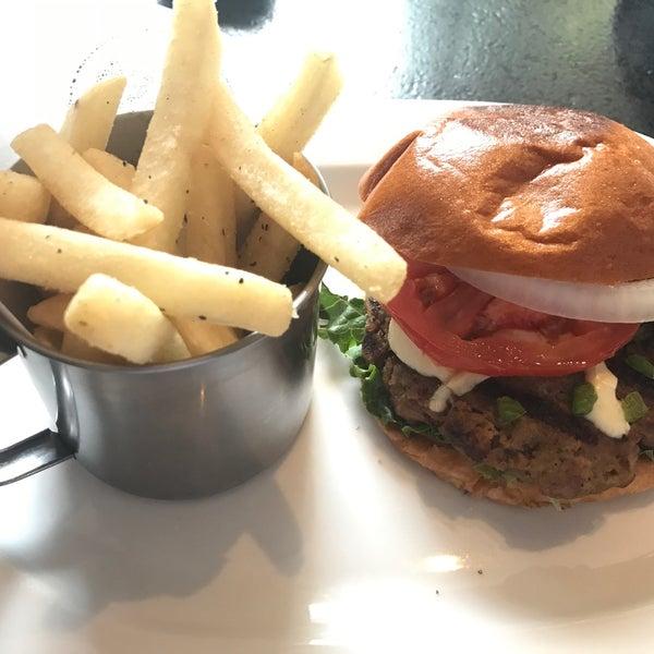 Foto tomada en Duke's Burgers & Beer por Ernesto U. el 3/3/2017