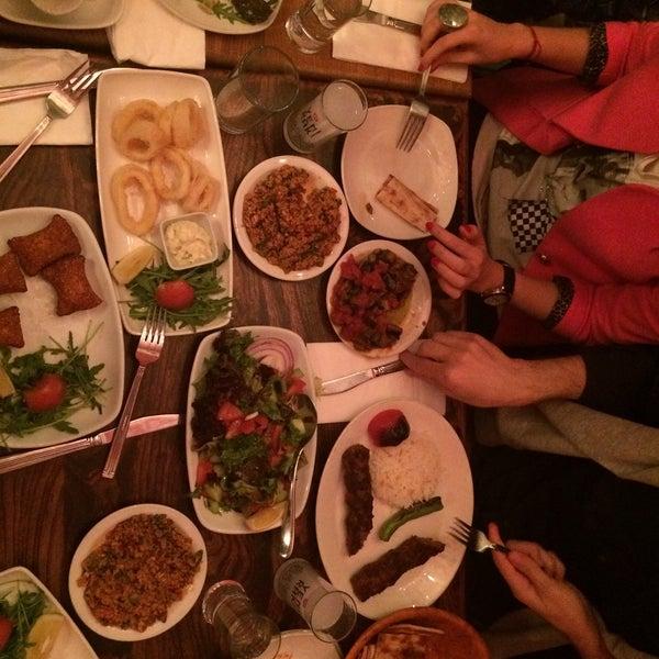 Photo prise au Makara Charcoal Grill & Meze par Gamze le4/5/2015