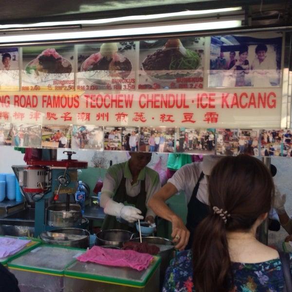 Photo taken at Penang Road Famous Teochew Chendul (Tan) by Samantha T. on 2/12/2014
