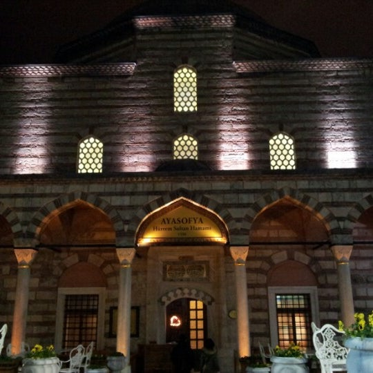 Das Foto wurde bei Ayasofya Hürrem Sultan Hamamı von Alev T. am 12/30/2012 aufgenommen