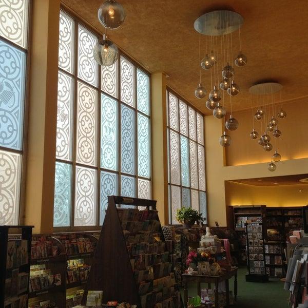 รูปภาพถ่ายที่ Tattered Cover Bookstore โดย Brian I. เมื่อ 3/4/2013