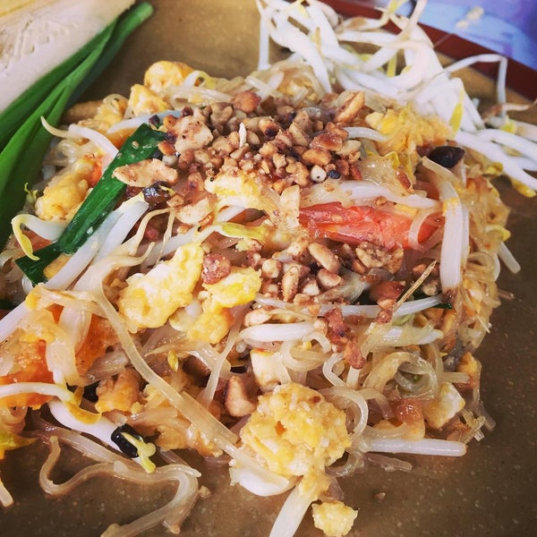 Photo taken at ร้านติ๊ด ผัดไทกุ้งสด by คุณชายแอ้ม on 8/11/2015