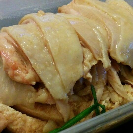 Photo taken at 五星海南鸡饭 | Five Star Hainanese Chicken Rice by kuanju w. on 6/2/2014