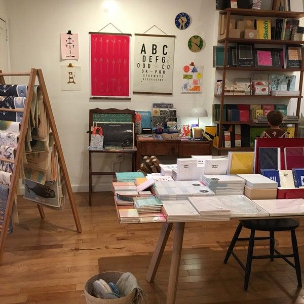Das Foto wurde bei McNally Jackson Store: Goods for the Study von Carolyn B. am 4/11/2017 aufgenommen