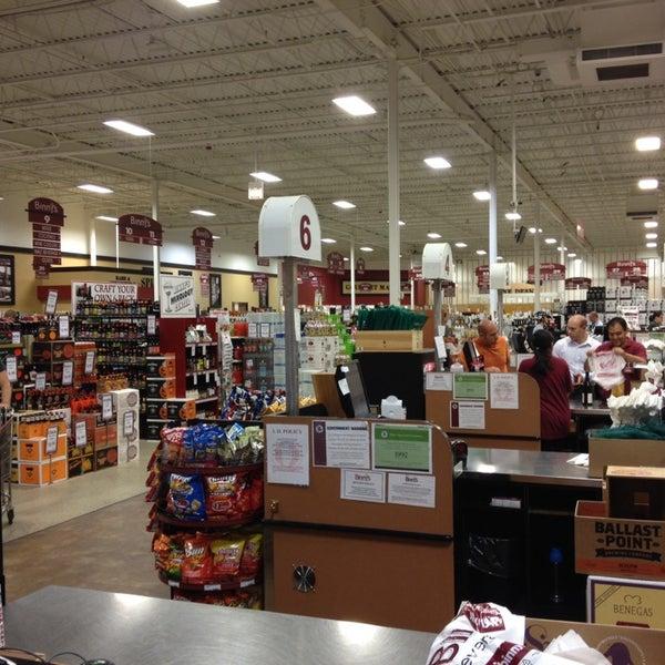 รูปภาพถ่ายที่ Binny's Beverage Depot โดย Robert S. เมื่อ 9/20/2013