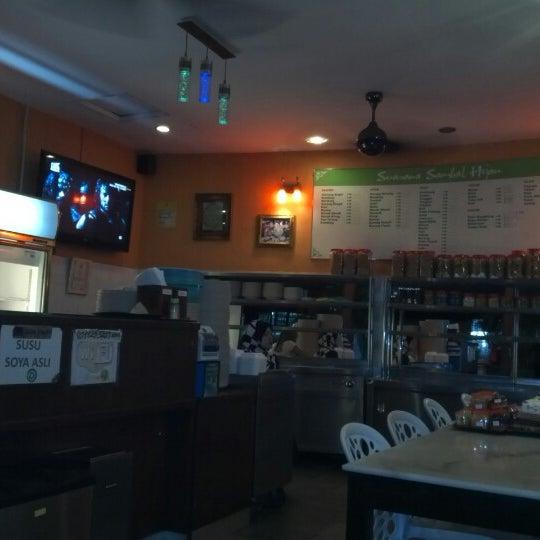 Photo taken at Restoran Sambal Hijau by Daniel L. on 11/6/2012