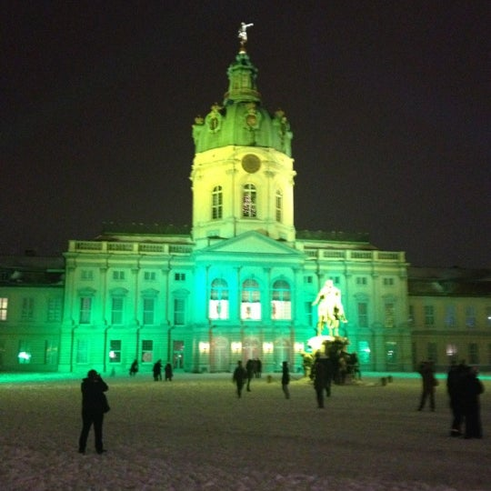 Photo taken at Weihnachtsmarkt vor dem Schloss Charlottenburg by Jörg on 12/9/2012