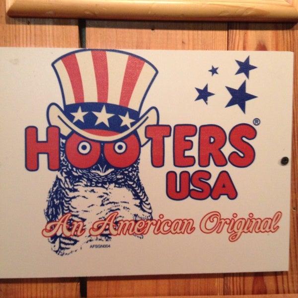 รูปภาพถ่ายที่ Hooters โดย Mandy B. เมื่อ 7/14/2013