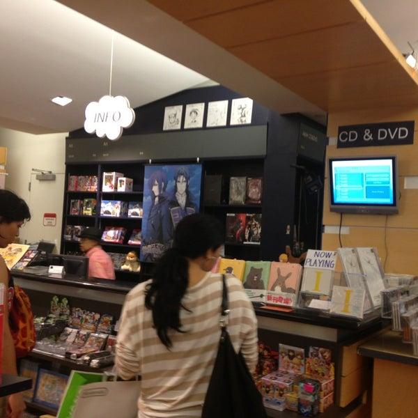 รูปภาพถ่ายที่ Kinokuniya Bookstore โดย Cat D. เมื่อ 8/15/2013
