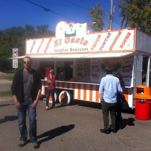 Foto tomada en El Oasis Taco Truck por Bugsy S. el 9/26/2013
