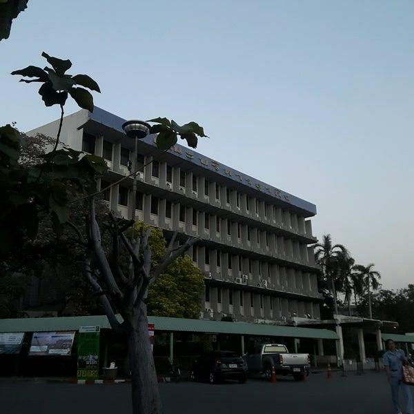 Photo taken at ตึกคณะบริหาร(ภาคพิเศษ) มหาลัยรามคำแหง by Suthida W