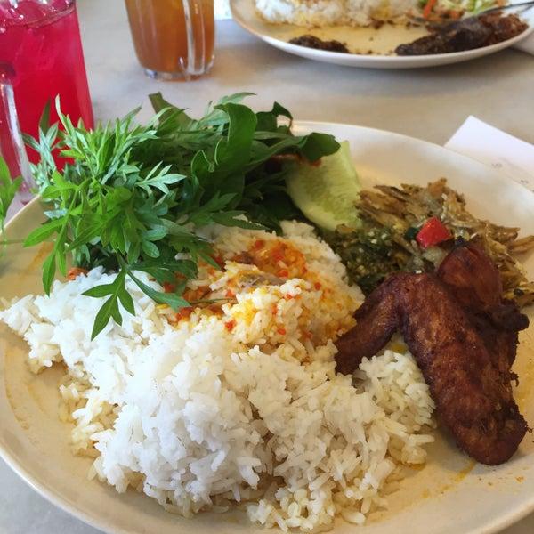 Photo taken at Restoran Sambal Hijau by Lorena R. on 12/23/2014