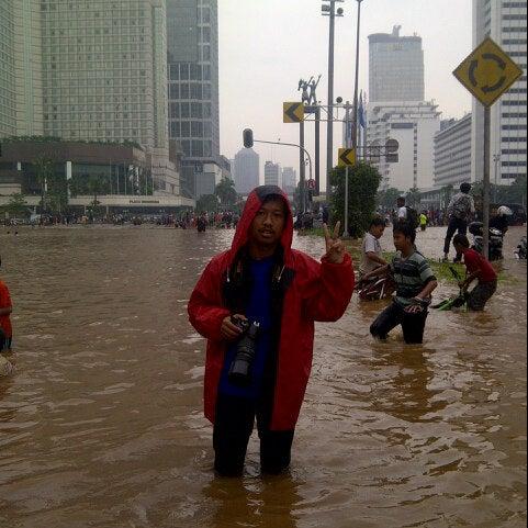 Photo taken at Bundaran Hotel Indonesia (Monumen Selamat Datang) by dhanika k. on 1/17/2013