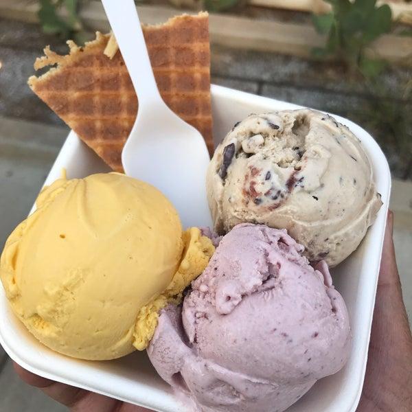 Das Foto wurde bei Jeni's Splendid Ice Creams von R . am 7/2/2017 aufgenommen