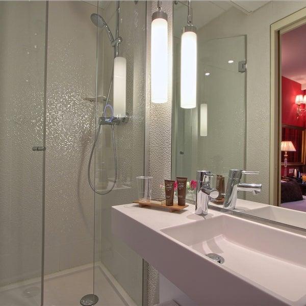 Salle de douche à l'Hôtel des Deux Continents