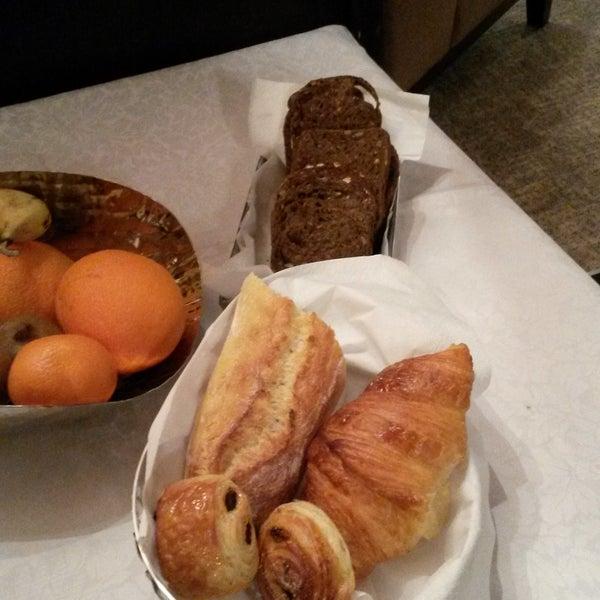 Désormais, nos pains et viennoiseries proviennent de la boulangerie Josephine Bakery située rue Jacob, à quelques mètres de l'Hôtel des Deux Continents! Une égal!